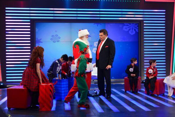 ¡Santa llegó al estudio con regalos para todos!