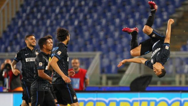 Los jugadores interistas observan las acrobacias con las que el brasileñ...