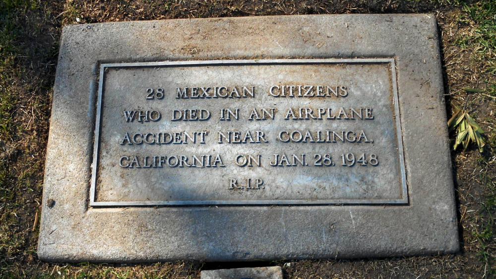 Lápida para los 28 campesinos muertos en el accidente aéreo de 1948 en C...