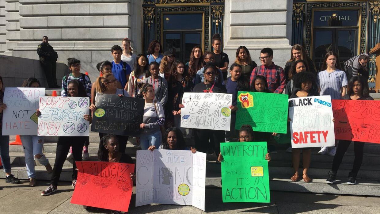 Estudiantes de la preparatoria Lowell marchan en contra de mensaje racista