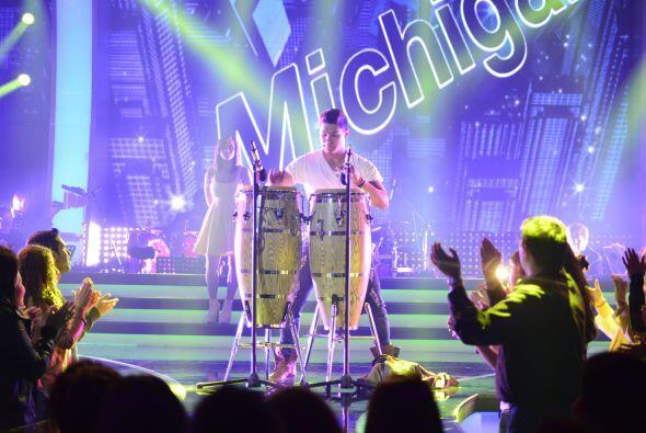 A él le dieron un par de bongos para lucirse en el escenario.