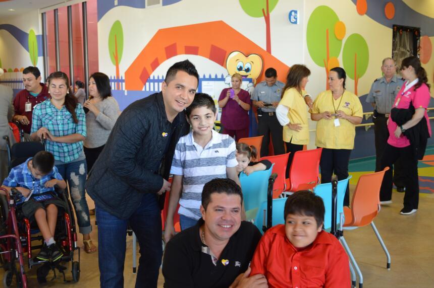 La Arrolladora Banda el Limón felices de compartir con los niños del CRIT