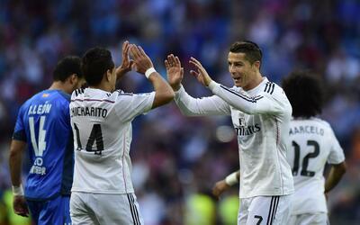 Cristiano Ronaldo, autor de 3 goles, celebra el de 'Chicharito.