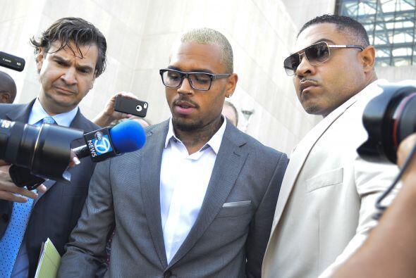 A las afueras de la corte Chris Brown declaró a la prensa que su decisió...