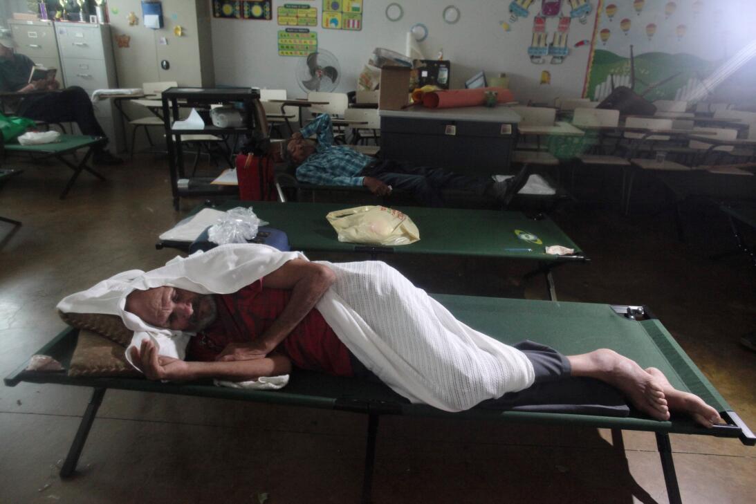 Estas personas buscaron refugio en una escuela pública en Fajardo, este...