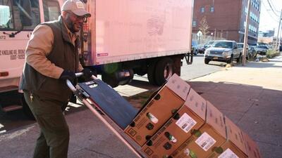 Kelly Reid ayuda a entregar 10,000 pavos congelados en la Ciudad de Nuev...