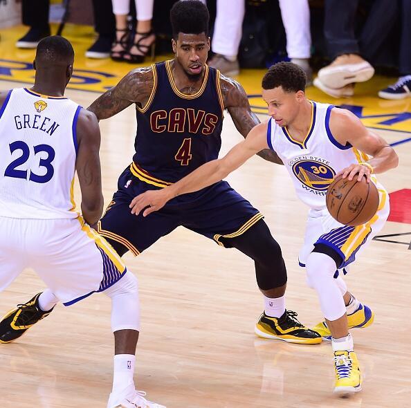 Los Cleveland Cavaliers de LeBron James buscan emparejar la serie en el...