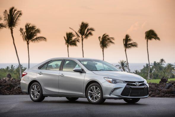 4- Toyota Camry: Unidades vendidas: 34,066; Precio: $22,970 a $31,370; C...