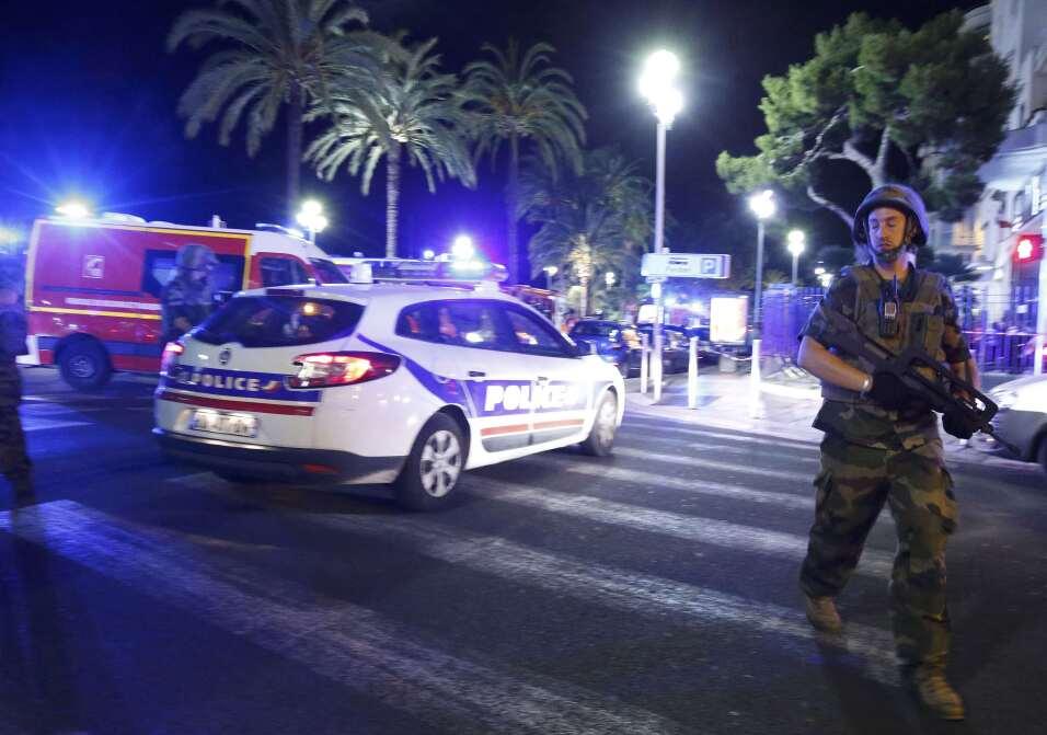 """""""Tentativa de atentado"""": un vehículo embiste una furgoneta de la policía..."""