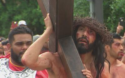 Fieles católicos asistieron a la representación de la pasión de Cristo e...