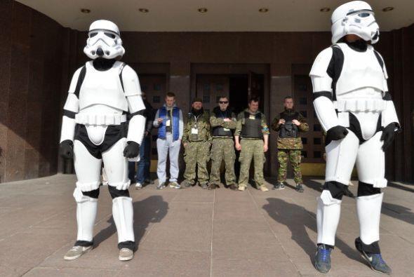 Los soldados ucranianos no sabían cómo reaccionar ante la manifestación.