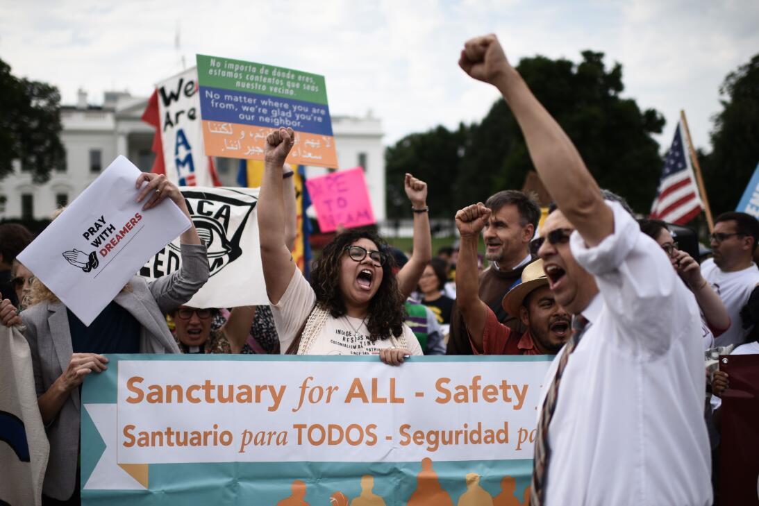 Activistas manifiestan su apoyo a DACA frente a la Casa Blanca.