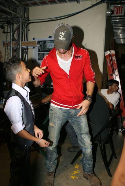 Enrique Iglesias y Miguelito se saludaron como buenos amigos.