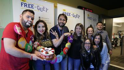 El Free-guey show sorprendió a El Tambochi con un pastelazo