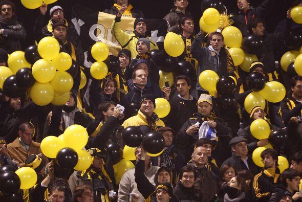 Hinchada ´globalizada´la de Peñarol que alentó de forma peculiar, con gl...