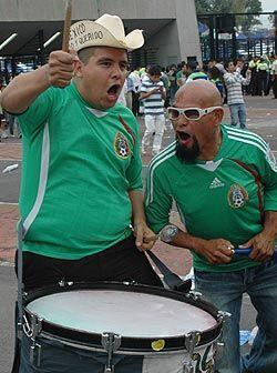 La tambora sonó al máximo en la explanada del Estadio Azte...