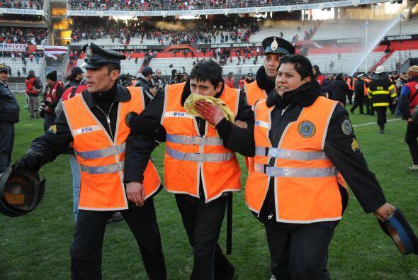 Unas 37 personas fueron detenidas por la policía que a la vez suf...