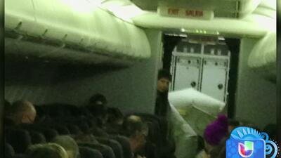 Un tobogán de evacuación se desplegó un pleno vuelo