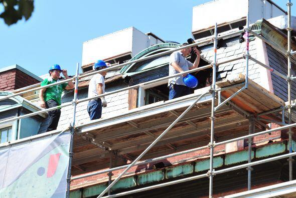 Trabajadores inspeccionan los daños de un incendio en el mundialmente fa...
