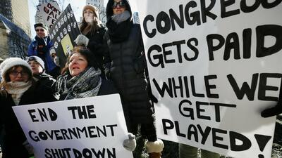 Empleados federales protestan en el Capitolio por falta de pago salarial