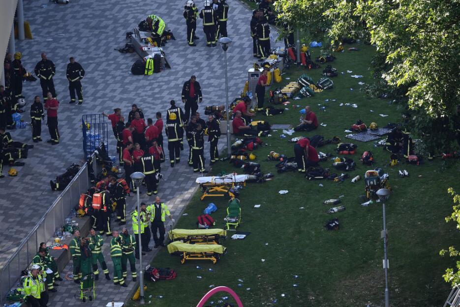 Numerosos bomberos y personal médico y paramédico fueron al sitio para a...