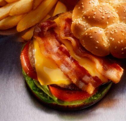 Luego, una hamburguesa triple con queso y tocino...