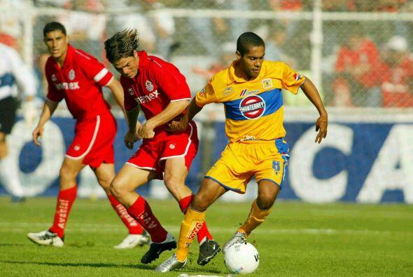Irenio Suárez también vistió ambas camisetas en el fútbol mexicano, prim...