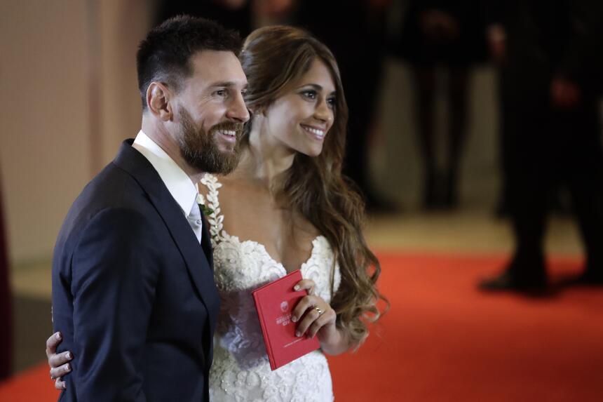 Lionel Messi y Antonella Roccuzzo posan para las cámaras tras contraer m...
