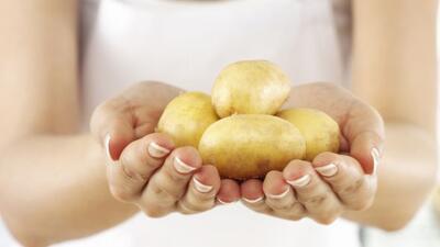 Siguiendo el consejo de su madre, una joven colombiana metió una patata...