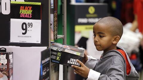 Un niño en una tienda en Seattle durante el conocido como Black F...