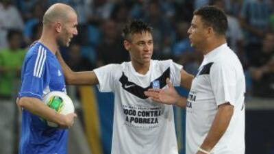 Zidane y Rolando volverán a unirse con figuras del fútbol, como en la im...