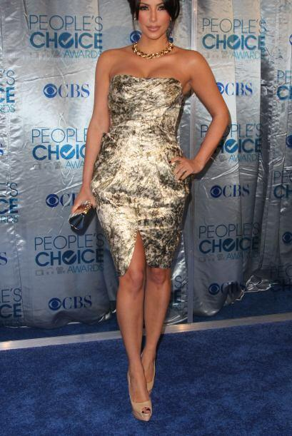 Kim Kardashian apostó por un strapless con estampado, diseño de Malandri...