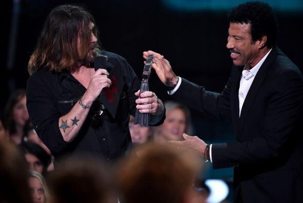 Billy Ray Cyrus recibió el premio en nombre de la cantante, quien...