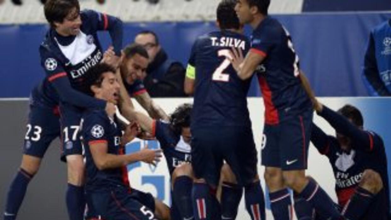 Los jugadores del PSG celebran el gol salvador de Cavani.