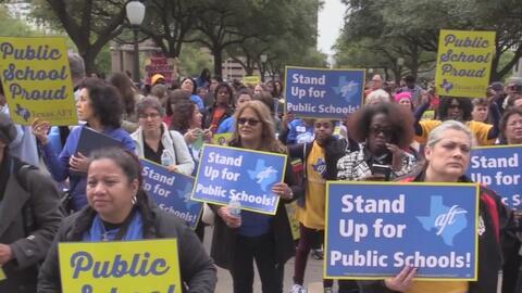 Sindicato de maestros de Dallas se manifiestan en Austin a favor de fond...