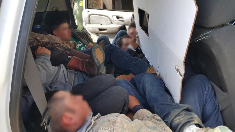 Migrantes hallados en camioneta pirata
