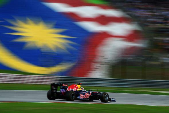 Mientras tanto, Vettel marchó sin muchos problemas hacia su segun...
