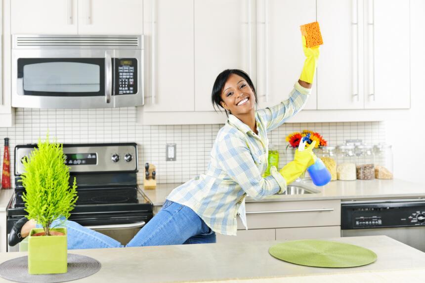 Antes de organizar la cocina es momento idóneo para una limpieza integra...