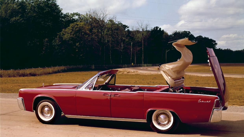 La capota del Lincoln Continental de 1961 en acción