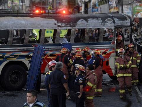 El ataque con bomba contra un autobús del transporte públi...