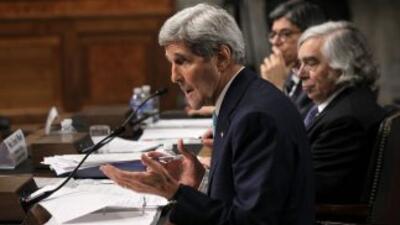 John Kerry ante el Congreso, acompañado de los secretarios del Tesoro, J...