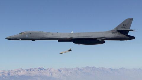 Un misil JASSM-ER lanzado desde una aeronave militar estadounidense.