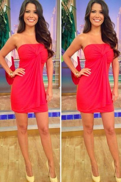 Julio 2, 2014: Un sexy modelito en color rojo.Este diseño es idea...