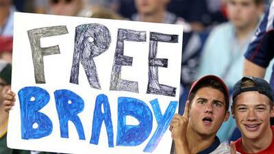 Los aficionados de los Patriots siempre apoyando al estelar quarterback.