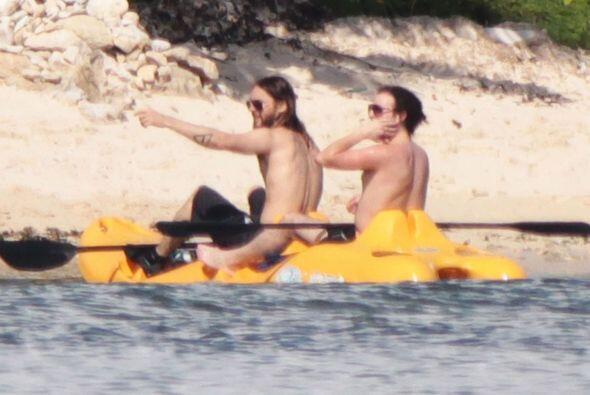 Aquí, arriba de un kayak con un amigo mientras toma el sol.