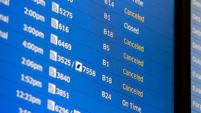 Un tablero del aeropuerto internacional O'Hare de Chicago muestra vu...