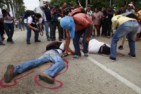 Algunos estudiantes marcaron sus cuerpos sobre la Avenida simbolizando l...