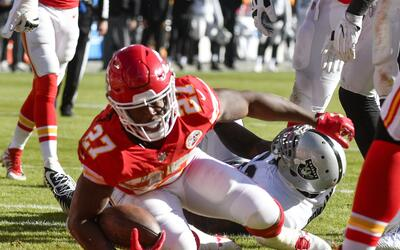 Kareem Hunt (27) de los Chiefs de Kansas City anota un touchdown frente...