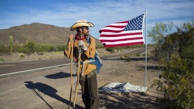 En fotos: la increíble odisea de un hombre que caminó solo las 2,000 millas de la frontera México-EEUU