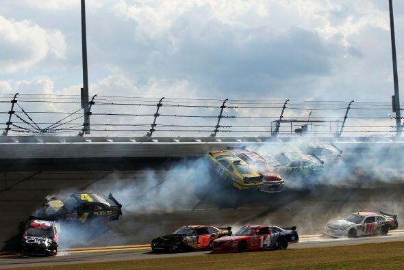La carrera había sido detenida poco antes por este accidente.